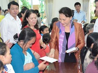 NA Chairwoman presents tet gifts to Can Tho residents