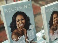 Hồi ký 'Becoming' của Michelle Obama bán đươc 10 triệu bản trong vòng 5 tháng