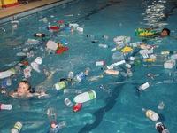 Cho học sinh... bơi trong rác để giáo dục bảo vệ môi trường