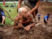Thi chạy vượt chướng ngại vật trong bùn tại Israel