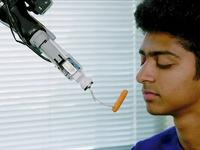 Robot đút ăn cho người