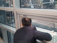 Nghị sĩ Hàn Quốc bị đối thủ nhốt trong phòng làm việc 6 tiếng