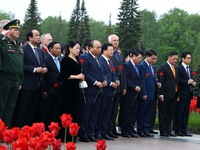 Thủ tướng Nguyễn Xuân Phúc đặt vòng hoa tại Khu tưởng niệm - Nghĩa trang Piskaryoskoe