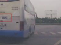 Clip: Xe khách tạt đầu xe con để vượt đèn đỏ