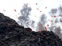 Hy hữu người đàn ông sống sót sau khi rơi vào miệng núi lửa