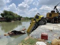 Hi hữu xe ben chở đá rơi xuống sông đè chìm một chiếc ghe