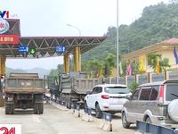 Nhiều lái xe chặn trạm thu phí BOT Hòa Lạc - Hòa Bình
