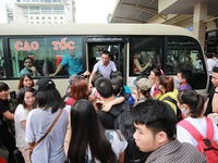 Bus stations crowded as people leave Hanoi for Hung Kings commemoration holiday
