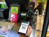 Người tiêu dùng hưởng ứng ngày 'Không dùng tiền mặt'