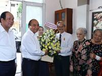 Thủ tướng Nguyễn Xuân Phúc thăm các nhà báo lão thành