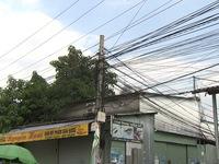 Bình Dương: Nhiều hộ dân bất an vì đường dây điện giăng ngang nhà