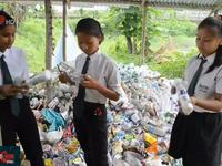 Ấn Độ: Đóng học phí bằng rác thải nhựa