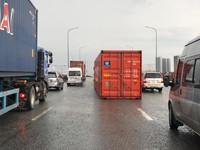 Thùng container bị lật, đè lên xe tải trên cầu Đồng Nai
