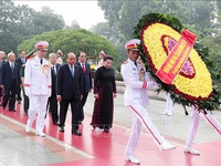 Leaders pay tribute to martyrs and President Ho Chi Minh