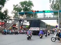 Giao thông tại Hà Nội gặp khó khăn do mưa lớn