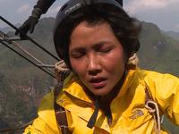 H'Hen Niê gây bất ngờ vì leo thang dây hàng chục mét lên đỉnh núi tại Cuộc đua kỳ thú