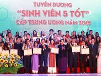 Outstanding students of 'Sinh Vien 5 Tot' movement honoured