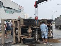 Xe ben chở đá lật nhào trên đường Phạm Văn Đồng, TP.HCM