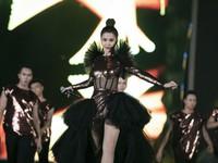 Đông Nhi diện váy cầu kỳ hát 'Tóc nâu môi trầm' remix
