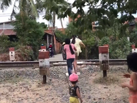 Nhiều khó khăn trong xử lý lối đi tự mở qua đường sắt