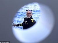 Cụ ông 96 tuổi lập kỷ lục lặn thế giới