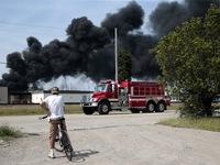 Tàu chở hàng trật bánh, bốc cháy ở Mỹ