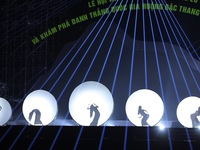 Mãn nhãn với màn múa bóng 'Tắm trăng' độc đáo