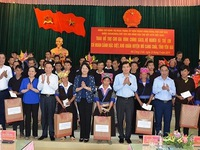 Vice President presents gifts in Yen Bai province