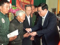 Deputy PM present gifts to poor households in Nghe An prov.