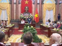Vice President receives national contributors from Hau Giang province