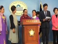 Two Vietnamese women receive peace awards in RoK