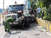 Serious collision between truck and car, five dead