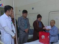 Tặng quà Tết cho bệnh nhân ung thư nghèo