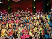 Song Luân bị fan nhí vây kín tại 'Đón Tết cùng VTV'
