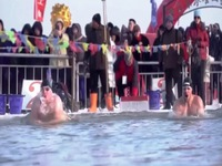 Trung Quốc: Thi bơi trên sông băng ở trong cái lạnh -30 độ C