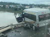 Xe khách lơ lửng trên thành cầu sau tai nạn liên hoàn