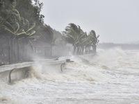 Bão số 8 di chuyển lúc nhanh lúc chậm, Hà Tĩnh nằm trong vùng tâm bão