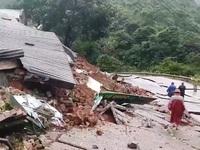Sạt lở đất do mưa lũ, nhiều tuyến giao thông, khu dân cư bị ảnh hưởng
