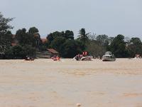 Quảng Bình vẫn bị nước lũ cô lập, người dân mong ngóng hàng cứu trợ
