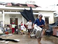 Nhiều người dân ở Quảng Ngãi chưa thể về nhà sau bão số 9