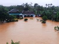 Vì sao bão lũ xuất hiện dồn dập ở miền Trung?