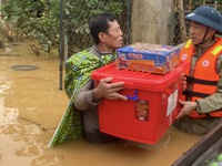 Siêu bão số 9 tàn phá miền Trung nhưng không thể cuốn đi lòng người