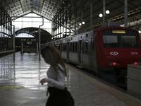 Số người tử vong do COVID-19 tăng kỷ lục, Bồ Đào Nha đóng cửa phần lớn đất nước