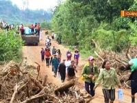 Cắt rừng vận chuyển lương thực tới huyện Phước Sơn, Quảng Nam
