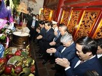Đoàn đại biểu dự Đại hội toàn quốc các dân tộc thiểu số dâng hương tưởng niệm các Vua Hùng
