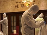 Nhân viên y tế Trung Quốc cạo trọc đầu để chống dịch COVID-19
