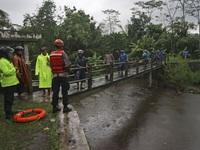 Lũ lụt nghiêm trọng trên đảo Java, Indonesia, 10 nữ sinh thiệt mạng