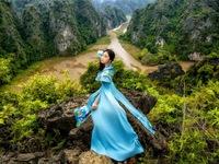 Đại sứ áo dài Việt Nam khoe bộ ảnh tuyệt đẹp trên đỉnh Hang Múa