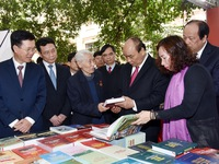 Prime Minister visits book exhibition to mark Party's 90th Anniversary