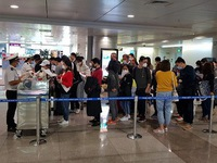 COVID-19: Overloaded airport stops receiving Vietnamese returnees